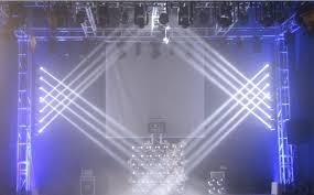 Đèn moving head mini 4 trong 1 trên sân khấu