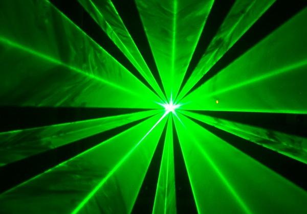 Tia sáng laser trở lên rõ rệt khi kết hợp với khói