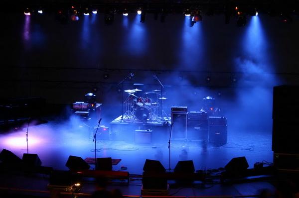 Máy phun khói tạo ra làn khói mờ ảo trên sân khấu