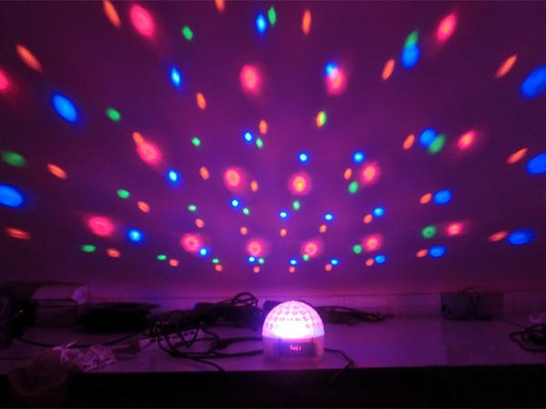 Đèn LED pha lê đơn giản nhưng mang lại hiệu suất tối đa cho sản phẩm, với bề mặt hình cầu sản phẩm sẽ khiến cho không gian sử dụng tràn đầy màu sắc.