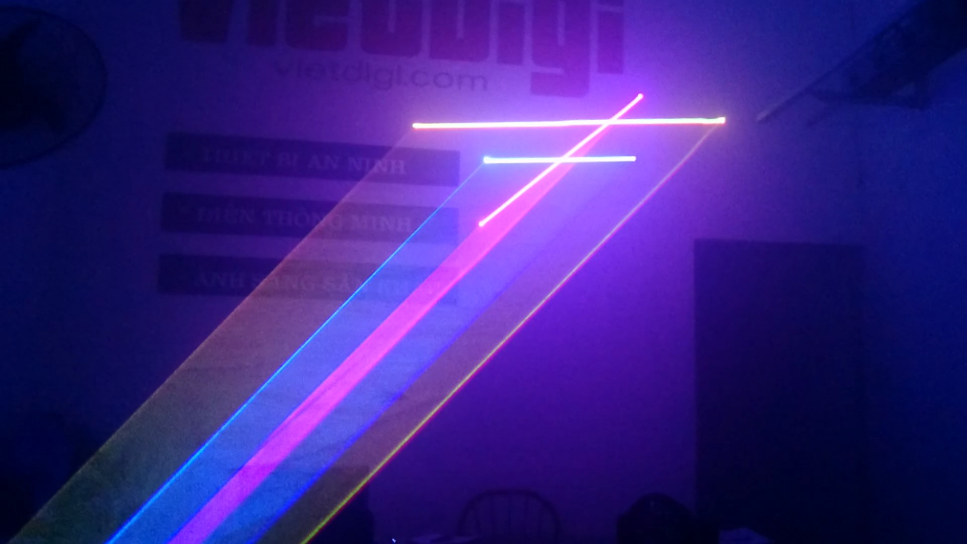 Chiếu tia laser hình không gian