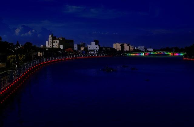 Trang trí ánh sáng đổi màu cho bờ sông, bờ kè