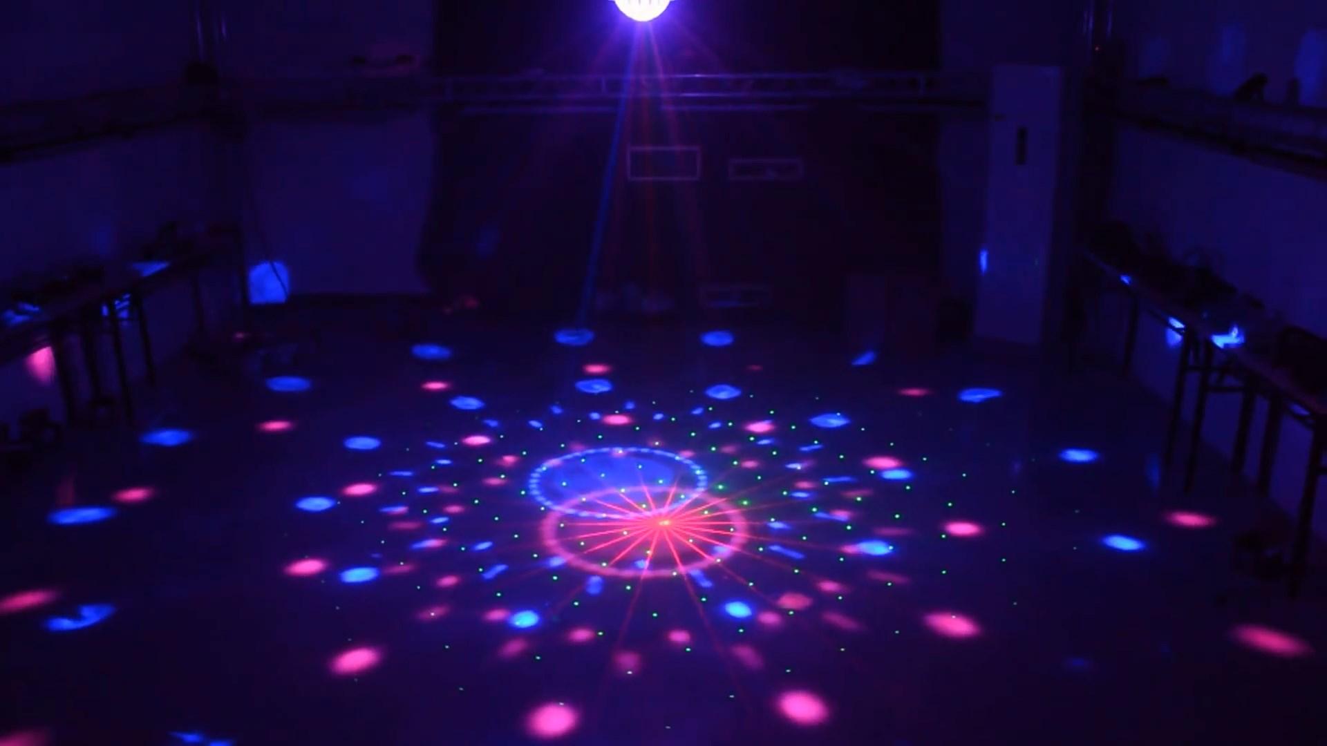 Đèn nấm chiếu các tia sáng kết hợp từ đèn laser và đèn LED