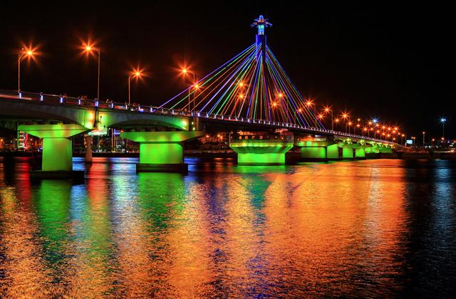 Chiếu sáng nghệ thuật đổi màu trên cầu sông hàn