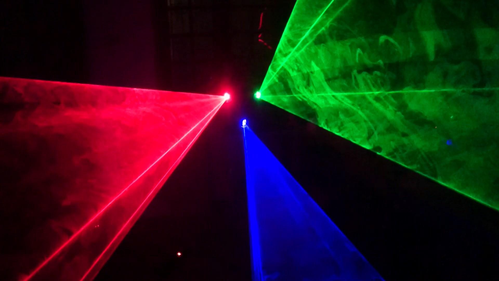 Hiệu ứng đẹp của đèn laser 3 cửa trung tâm